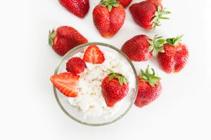low-sugar snack cottage cheese with strawberries